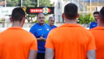Jürg Widmer leitete gestern seine erste Trainingseinheit beim FC Solothurn, beobachtet von Sportchef Hans-Peter Zaugg im Hintergrund.