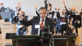 Parteipräsident Gerhard Pfister stimmt an der Delegiertenversammlung der CVP Schweiz in Unteraegeri ab.