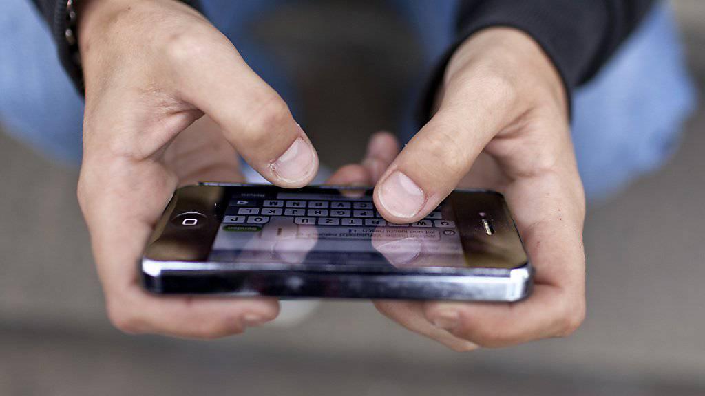 Versicherer dürfen Wasserschäden an Mobiltelefonen nicht grundsätzlich ablehnen, wenn sie auf dem «Stillen Örtchen» passieren. (Symbolbild)