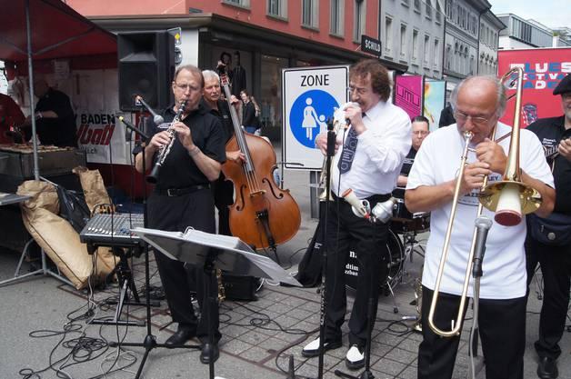 Die Wynavalley Oldtime Jazzband, umgeben von Bratwurstduft, bringt den Schlossbergplatz zum Beben