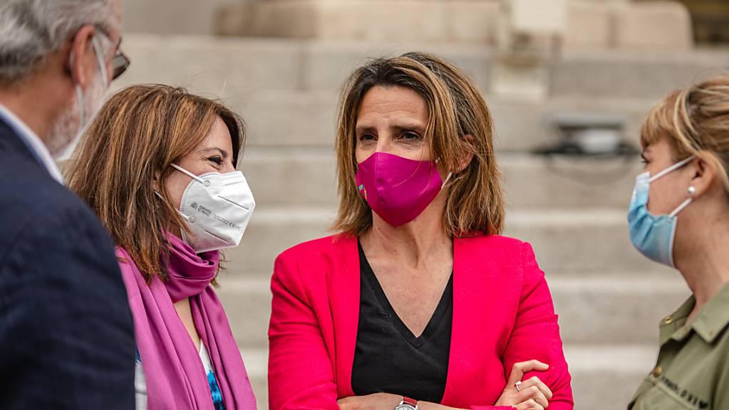Auf diesem von der Partei PSOE zur Verfügung gestellten Bild spricht Teresa Ribera, Umweltministerin von Spanien, mit Kollegen, nachdem das Parlament ein Klimaschutzgesetz verabschiedet hat.