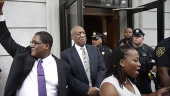 Bill Cosby (Mitte) beim Verlassen des Gerichts nach dem geplatzten Verfahren.
