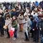 Mit einer Schweigeminute gedenken Japaner der Opfer der Tsunami-Katastrophe vor acht Jahren.