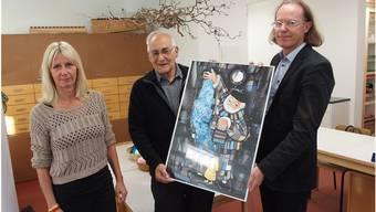 Emil Inauen (Mitte) und Lukas Zumsteg übergaben Alexandra Uecker zur Kindergarten-Ausschmückung das von Urs Gerber gemalte Bild «Der Puppenspieler».