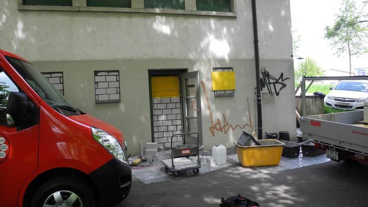 Bei einem Nebengebäude haben Arbeiter Eingang und Fenster zugemauert - nicht so beim besetzten Teil der Anlage.