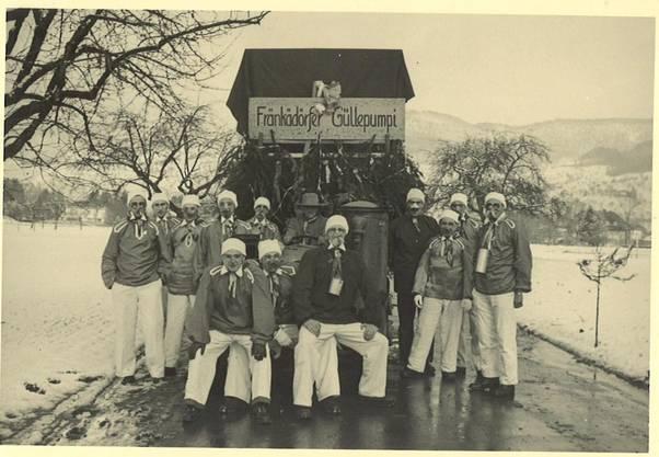 Heute eher ein No-go: Die Gründungsmitglieder posieren mit Pappnasen und künstlichen Schnäuzen.