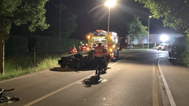 Die Verletzten waren nach dem Unfall im Auto eingeschlossen. Die Feuerwehr musste sie aus dem Wrack befreien.