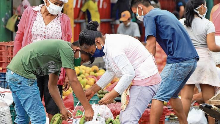 Täglich frische Früchte verkauft der Belen Markt in Iquitos. Viele Peruaner können ihre Lebensmittel nirgends lagern.