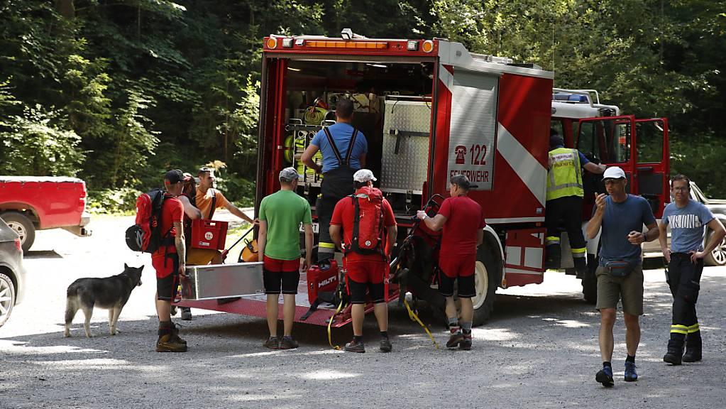 Rettungskräfte bereiten sich auf dem Weg zur Unfallstelle an der Bärenklamm vor. Bei einem Felssturz in der Klamm sind nach Angaben der Bergrettung mindestens zwei Menschen getötet worden.