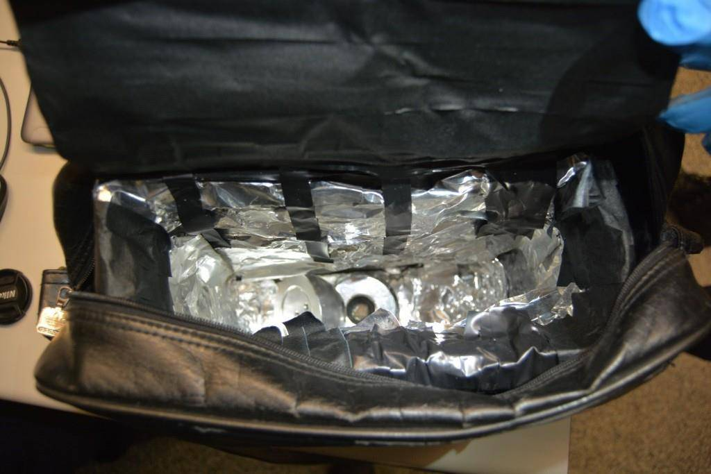 Präparierte Handtasche und Magnete zur Deaktivierung von Diebstahlsicherungen (© pd)