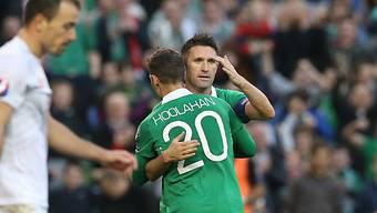 Hattrick-Schütze Robbie Keane lässt sich von Hoolahan gratulieren.