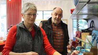 Loulou und Max Werder bereiten den Laden für den Lagerverkauf vor.