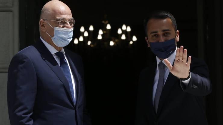 Nikos Dendias (l), Außenminister von Griechenland, begrüßt Luigi Di Maio, Außenminister von Italien, vor einem Treffen im Außenministerium in Athen. Foto: Costas Baltas/Reuters Pool/AP/dpa