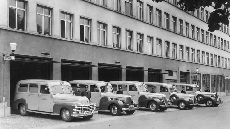 Die Cadillac-Krankenwagen vor der Wache am Neumühlequai in den 40er-Jahren.