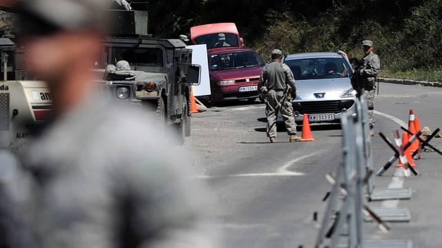 KFOR-Soldaten bewachen im Norden der Republik Kosovo einen serbisch-kosovarischen Grenzübergang (Archiv)
