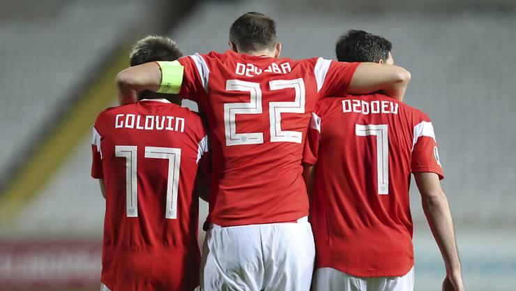 Captain Artem Dsjuba freut sich mit Golowin und Osdojew über die fast perfekte Qualifikation