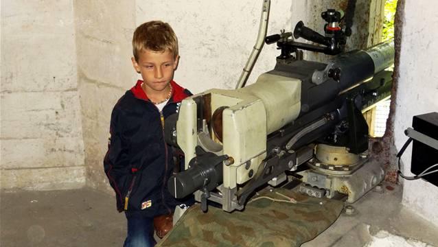 Einweihung des historischen Felsenwerks Ängi Ost in Magden: Bunkerkanone in der aus dem Zweiten Weltkrieg stammenden Festung wird bestaunt. – Fotos: chr