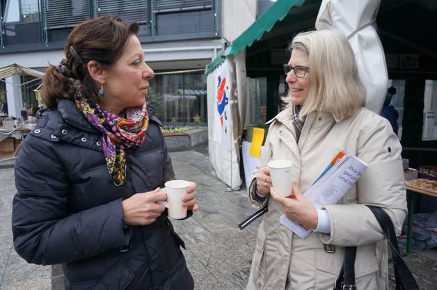 Karin Engeli und Renata Frustaci wärmen sich auf bei einem Orangepunch