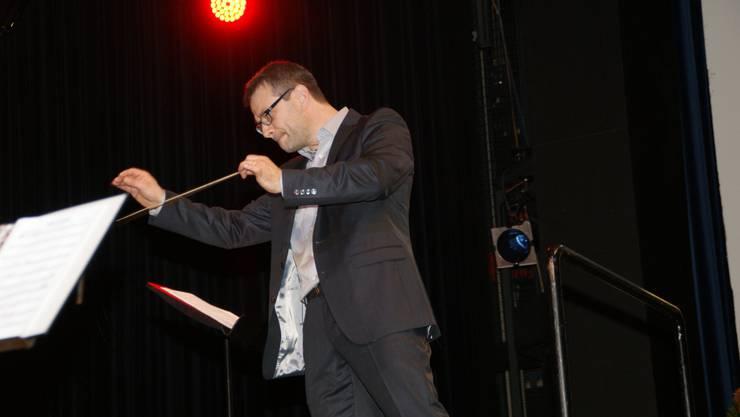 Sven Bachmann leitet das Orchester Sorpresa
