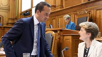 Ständerat Damian Müller (FDP/LU) im Gespräch mit Bundesrätin Simonetta Sommaruga. Müller zeigte sich im Rat zufrieden, dass der Bund die vorläufige Aufnahme von Eritreerinnen und Eritreern überprüft. (Archivbild)