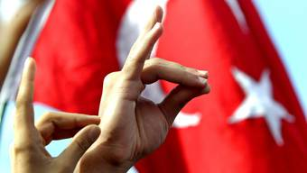 Türken machen das Zeichen des «Grauen Wolfes» während einer Demonstration auf dem Taksim Platz in Istanbul am 23 Oktober 2007.