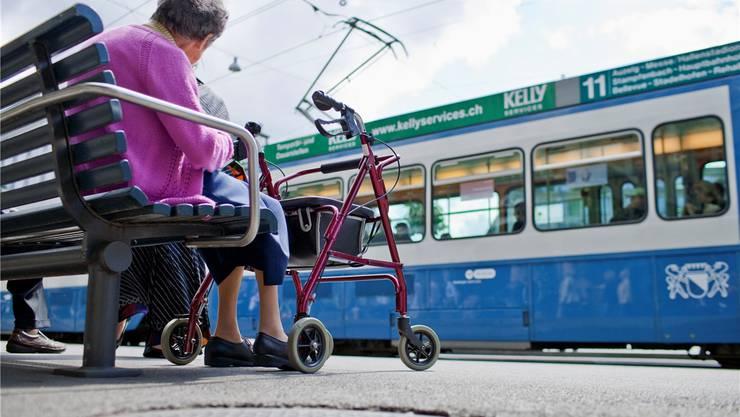 Eine Rentnerin sitzt am Paradeplatz. In der Stadt Zürich muss sie keine Sparmassnahmen fürchten.