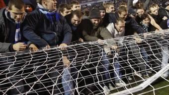 Ausgelassene Meisterfeier: Fans von Zenit demontieren das Tor