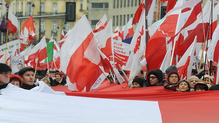 Zehntausende demonstrieren in Warschau ihre Unterstützung für die polnische Regierung.