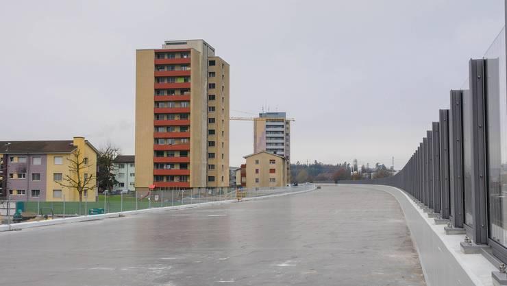 Ungewohnte Perspektive: Die beiden Lenzburger «Autobahn-Blöcke» vom Dach der neuen Halbüberdeckung aus fotografiert. Toni Widmer