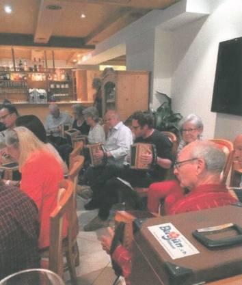 Unter anderem spielte die Örgeligruppe Schlieren im Hotel Tyrol auf, ...