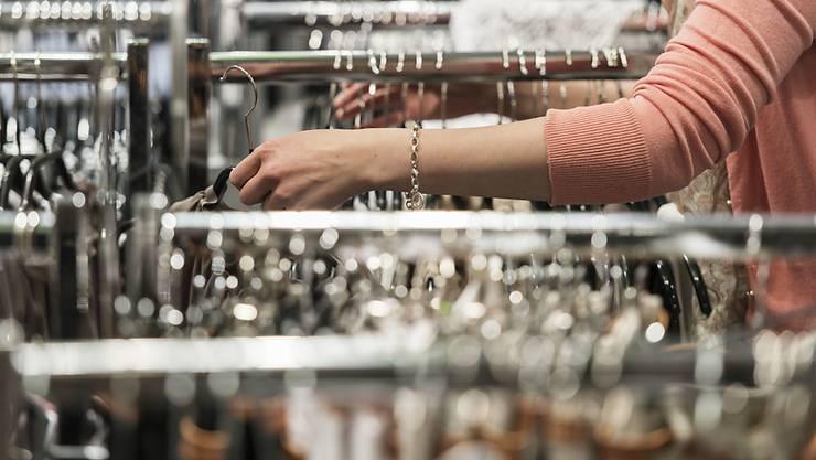 Im Detailhandel und anderen Branchen werden teils sehr tiefe Löhne bezahlt. Dies will eine Mindestlohn-Initiative ändern. (Symbolbild)