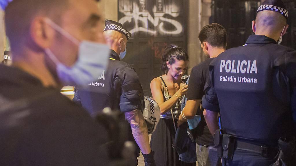 ARCHIV - Polizisten führen Kontrollen in Barcelona durch. Foto: Thiago Prudencio/DAX via ZUMA Wire/dpa