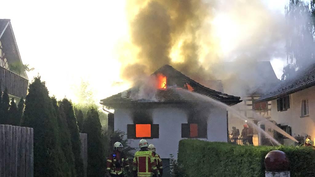 Grossaufgebot wegen Brand in Einfamilienhaus – eine Person verletzt