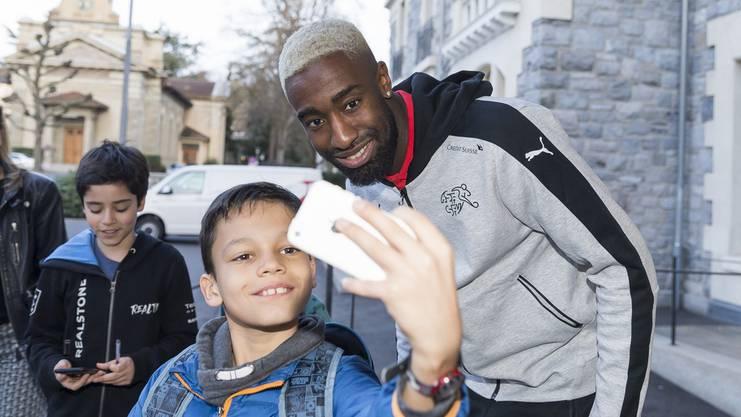 Posen für ein Selfie: Djourou ist auch bei den jüngeren Fans beliebt.