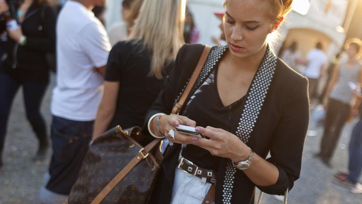 Wer sich in einem vordefinierten Raum befindet, erhält von Aymo Mobile Targeting Werbung auf sein Handy gespielt, sobald er eine von über 20 Schweizer Nachrichtenapps öffnet.