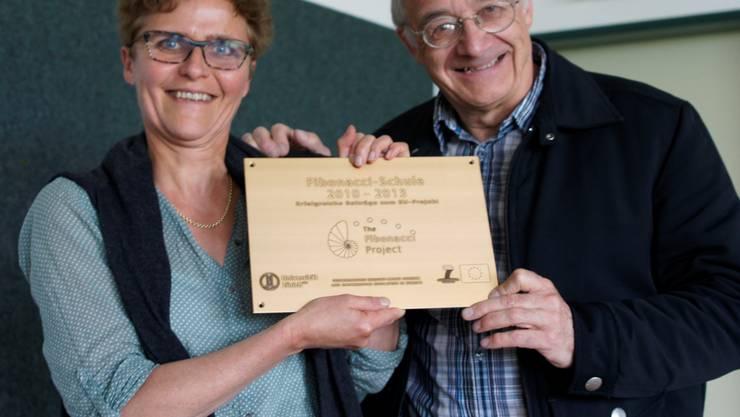 Ursula Duss (Lehrerin Rottenschwil) nimmt das Zertifikat von Peter Gallin (Projektverantwortlicher Fibonacci Schweiz) entgegen. kob
