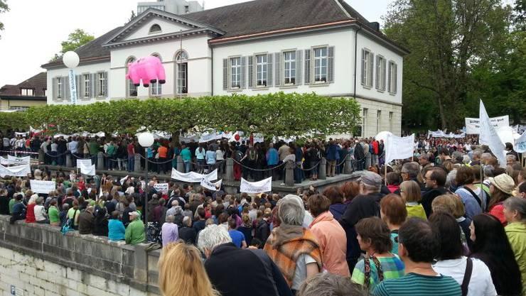 Lehrer-Demo im Mai 2014 vor dem Grossratsgebäude in Aarau. (Archivbild)