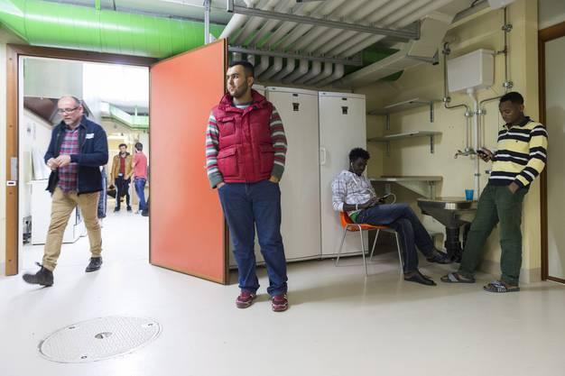 150 Männer leben unter dem Spital Muri. Sie vertreiben sich ihre Zeit mit Hausarbeit, Sport oder ihren Smartphones
