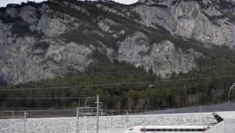 Ein Personenzug der SBB fährt bei Erstfeld UR in das Nordportal des Gotthard-Basistunnels. (Archiv)