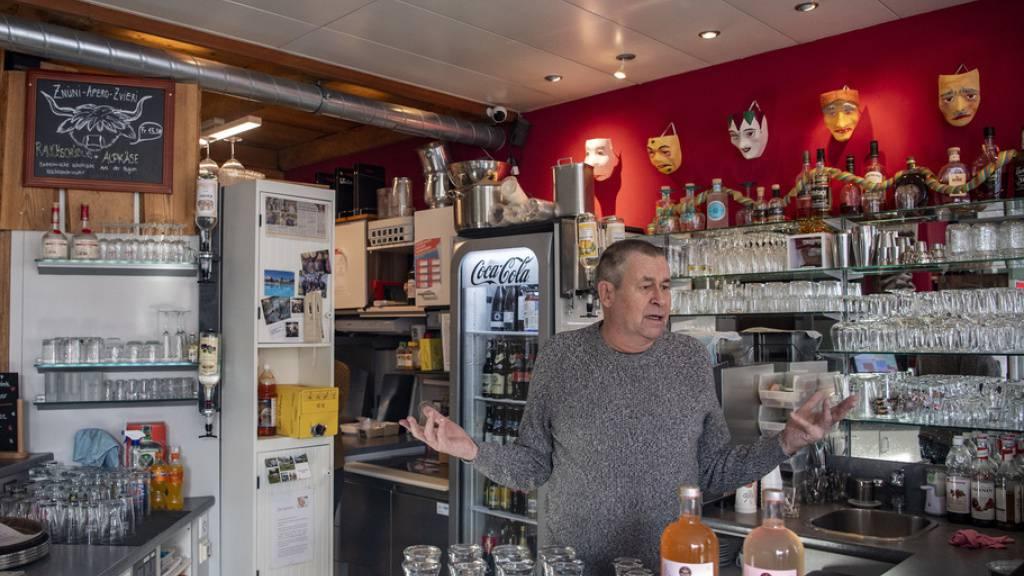 Franz Suter, Inhaber der Mything Bistro Bar in Schwyz, am Samstag in seinem Betrieb. Er wollte diesen am Montag im Rahmen der Protestaktion «Wir machen auf» trotz Verbots öffnen. Am Montag allerdings blieb er geschlossen, wie Blick.TV vor Ort feststellte.