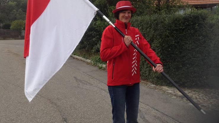 Silvia Lehmann mit der Kantonsfahne und dem offiziellen Dress der Solothurner Olma-Delegation.