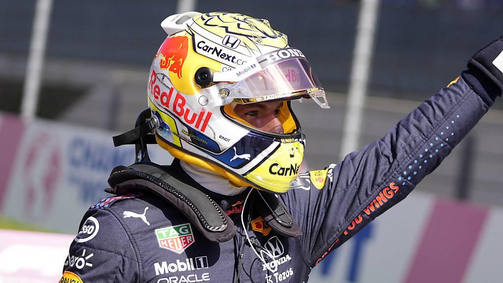 Max Verstappen jubelt nach seiner 6. Pole-Position den Fans zu