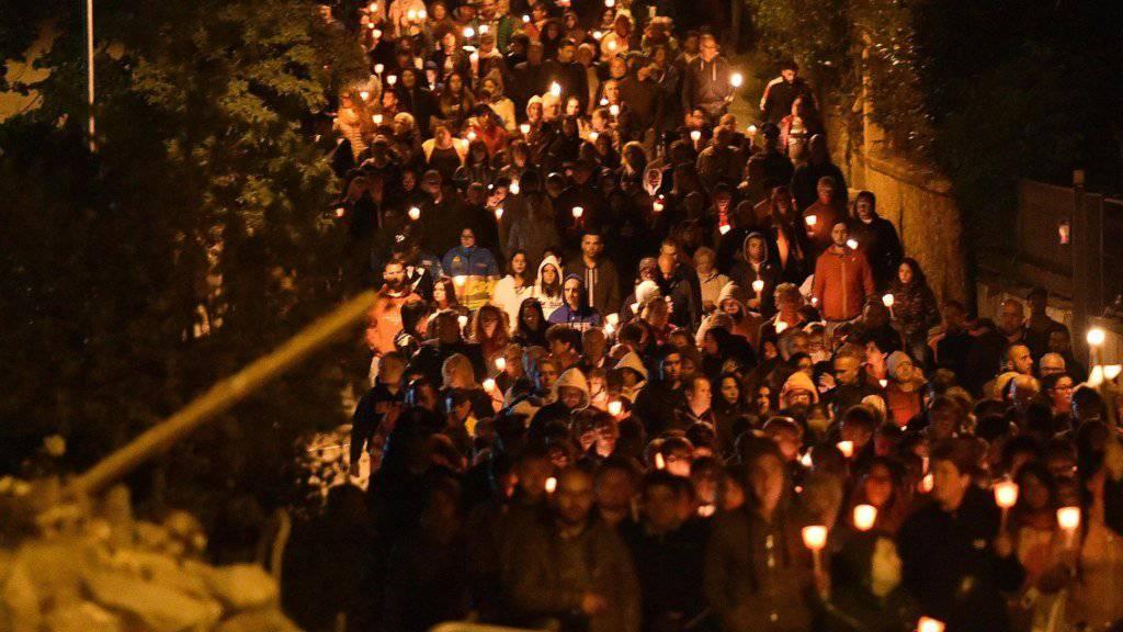 Mit Kerzen und Fackeln wurde der Opfer des Erdbebens gedacht.
