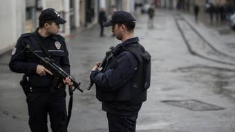 Zwei Sicherheitsbeamte nach dem jüngsten Attentat im Zentrum Istanbuls