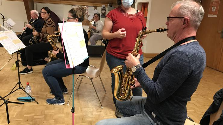 Cornelia Begert zeigt Peter Wanka, wie er sein Saxofon zum Klingen bringt.