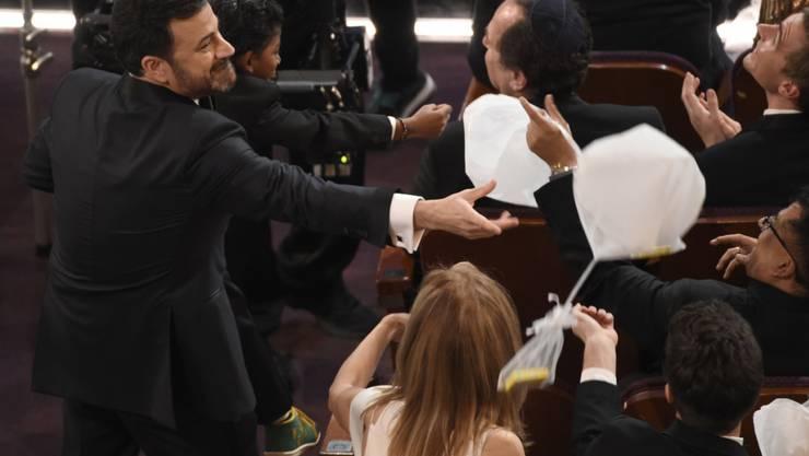 Oscar-Gastgeber Jimmy Kimmel versucht, einen Süssigkeiten-Ballon zu fangen.