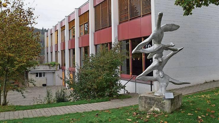 In Fischbach-Göslikon ist man sich uneinig, ob der jetzige Schulraum ausreicht. Bild: Fabio Vonarburg