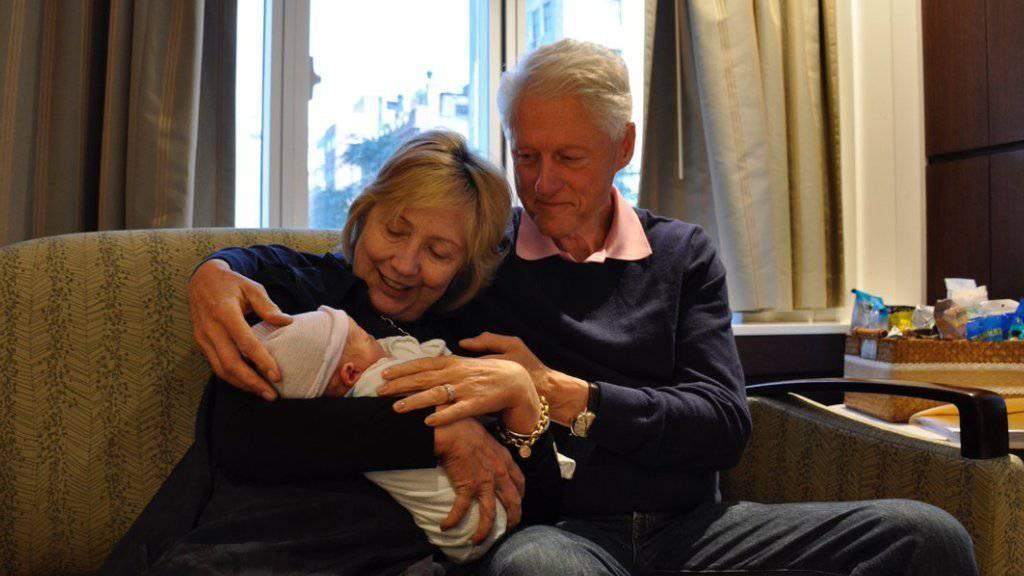 Die Clintons begrüssen öffentlich ihren Enkel Aidan. (Twitter)