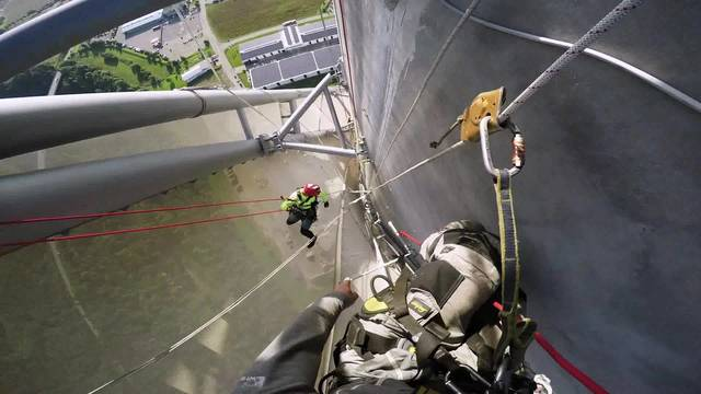 Industriekletterer bei der Arbeit in luftiger Höhe