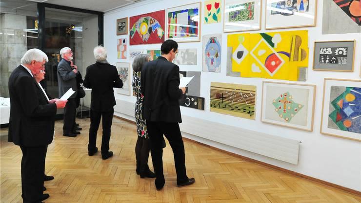 Besucher des Oltner Kunstmuseums vor Entwürfen des Kirchenmalers Ferdinand Gehr.